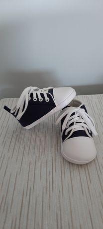 Niemowlece buciki trampki - wkładka 12 cm.