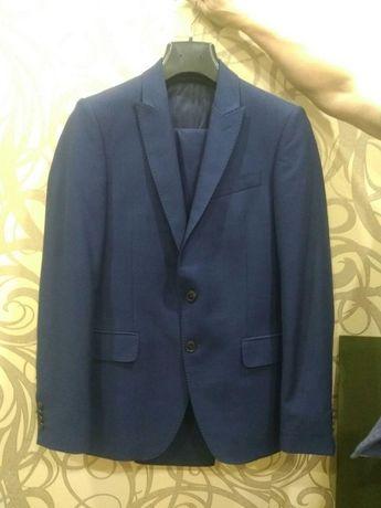 костюм тесно синий