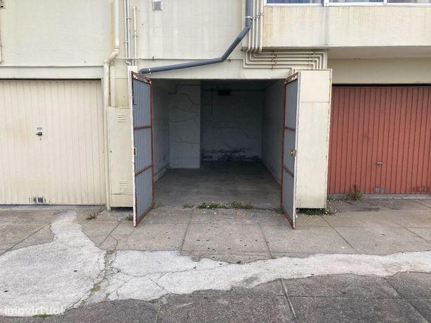 Garagem fechada na zona central de São João da Madeira