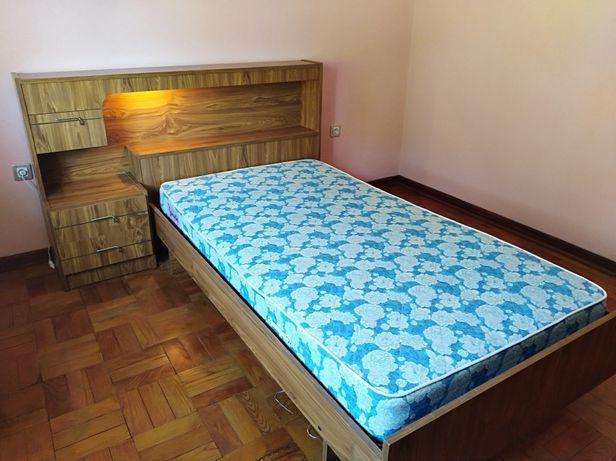 Estante, cama com mesinha e Banquinho e Cadeirão e cadeira .