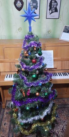 Искусственная ёлка с игрушками и украшениями на Рождество и Новый год