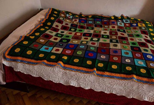 Manta colorida feita à mão em crochê