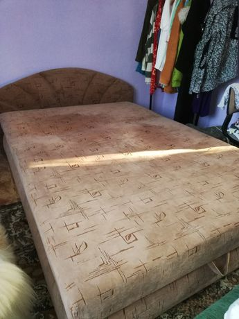 Oddam łóżko sypialniane i fotel.