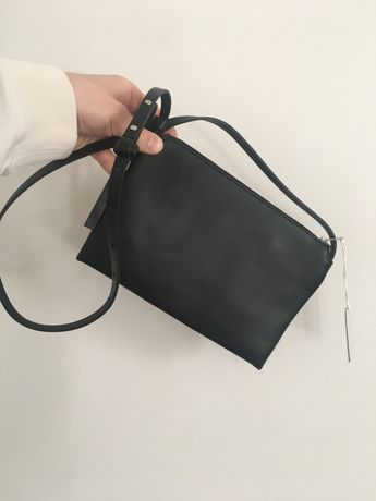 Skórzana czarna torebka COS