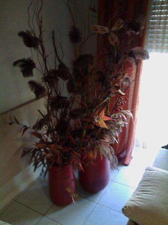 Arranjo floral de interior em dois vasos