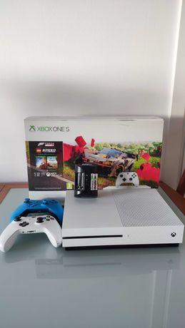 Xbox One S 1TB + 2 pady
