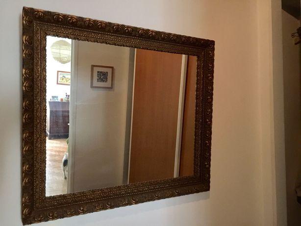 Espelho antigo com moldura dourada