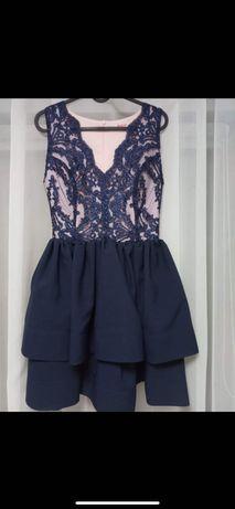 Granatowa sukienka z koronkową aplikacją