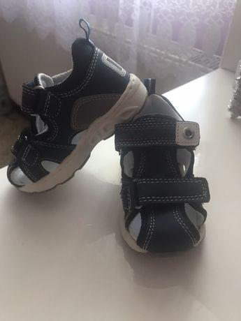 Сандалі, кросівки