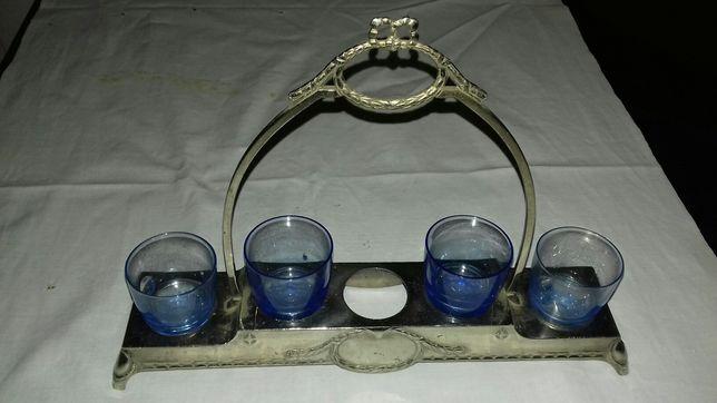 Suporte com 4 copos antigos.