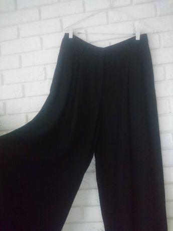 czarne spodnie z bardzo szerokimi nogawkami H&M trend wiskoza premium