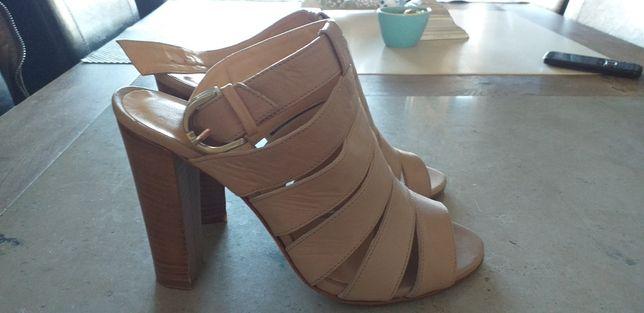 Sandałki skórzane damskie na obcasie.