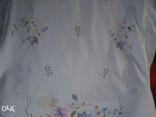 Colcha para cama de bébé bordada