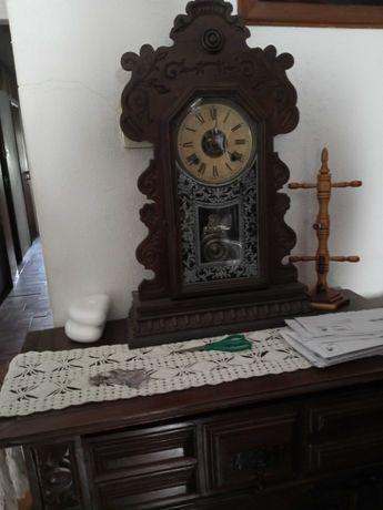 relógio muito antigo de parede a funcionar