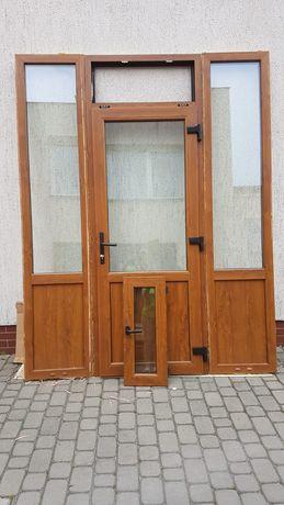Drzwi wejściowe z bokami do zabudowy