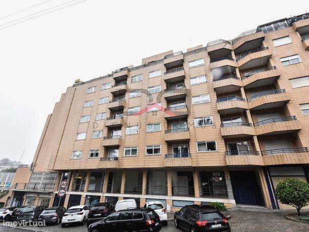 Apartamento T2 em Mafamude com varandas e garagem fechada