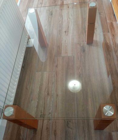 Ława szklana z drewnianymi nogami