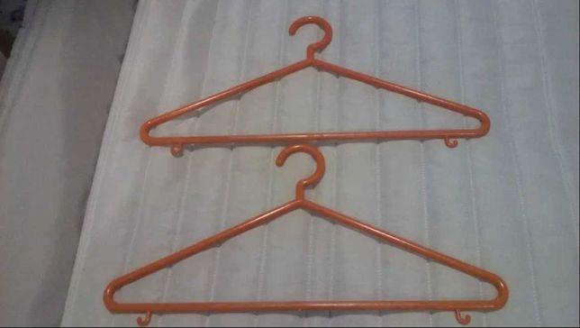 Cabides resistentes para o roupeiro do seu quarto