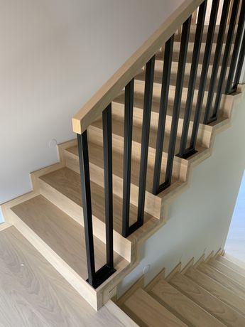 Schody dębowe dywanowe samonośne konstrukcyjne balustrady