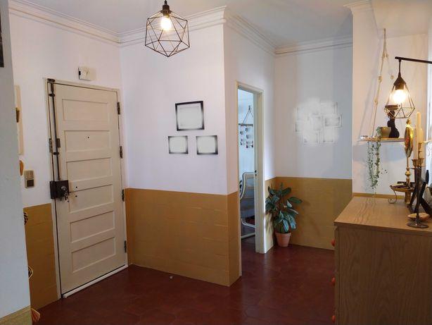 Apartamento T2, no 1.º e último andar com sótão e lareira.
