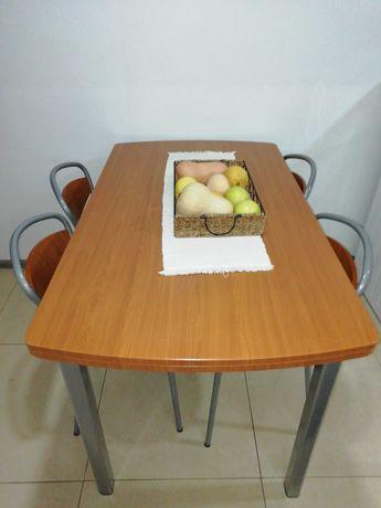Mesa de cozinha com quatro cadeiras