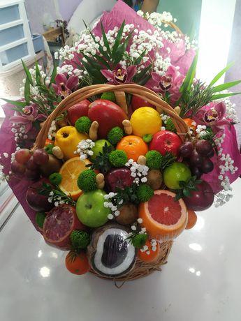 Съедобный букет из конфет, фруктов и цветов. Подарок.