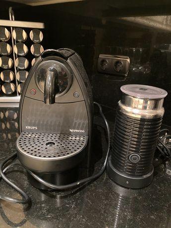 Máquina de cafe mais esquentador de leite