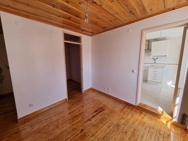 Alfama - T1+1 -  2º piso em pátio interior