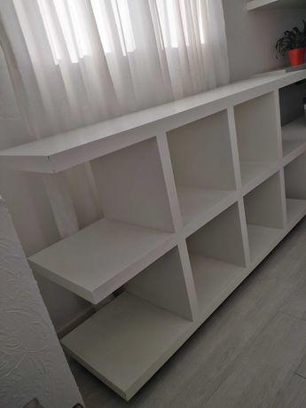 Expositor em madeira pintado em branco