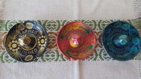 Três cinzeiros de ceramica, em formato de chapeu mexicano
