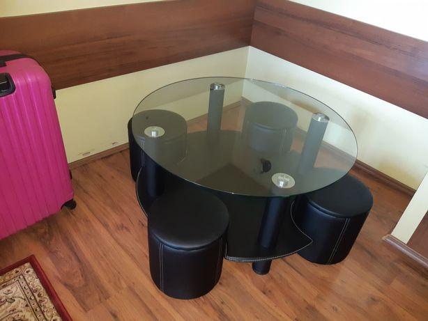 Stolik szklany z pufami