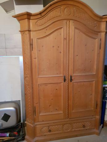 Duża drewniana szafa