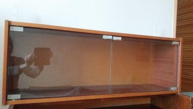 Полка со стеклянными дверцами