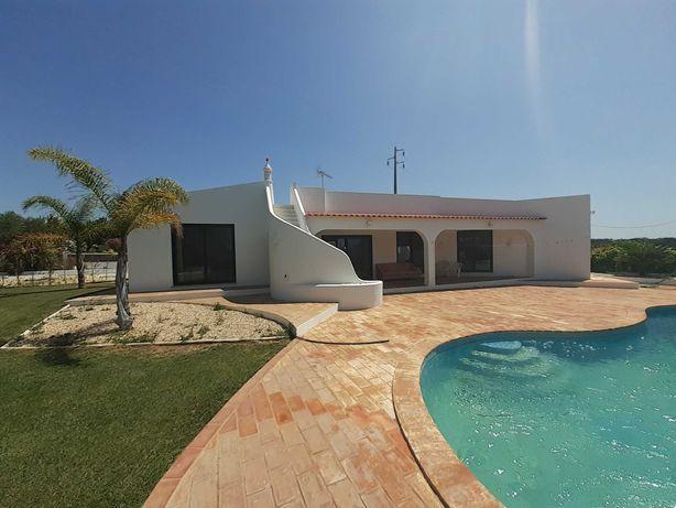Bonita moradia com grande piscina para aluguer a longo prazo