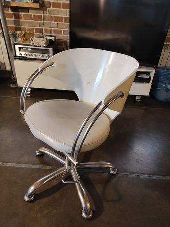 Fotel fryzjerski z pompą hydrauliczną.
