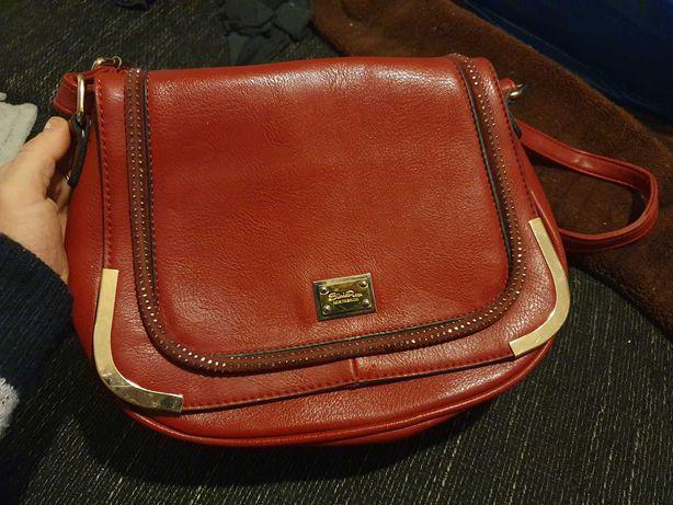 Czerwona torba listonoszka.
