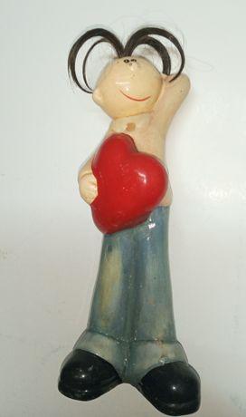 Статуэтка мальчик с сердечком.