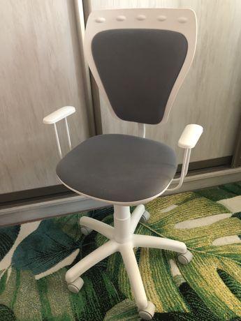 Krzesło / fotel obrotowy na kółkach