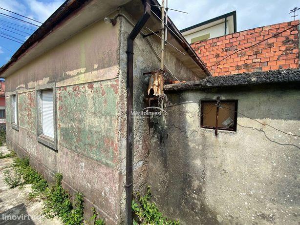 Moradia para restauro inserida em terreno com área total de 187M2 em S