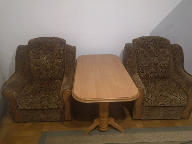 Dwa fotele, stół, pufy
