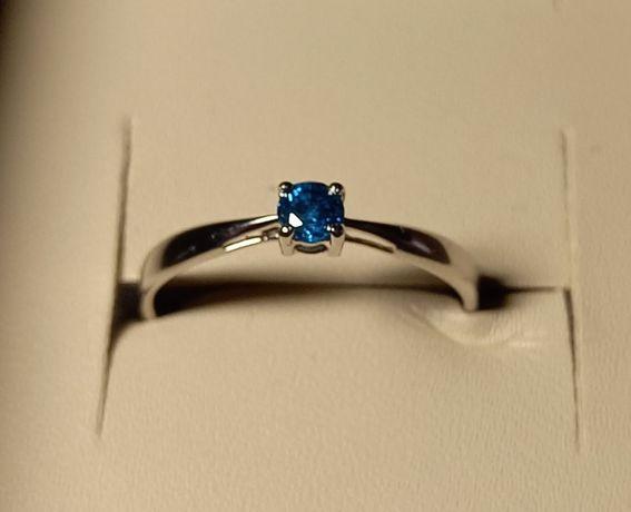 Кольцо из белого золота с натуральным голубым бриллиантом