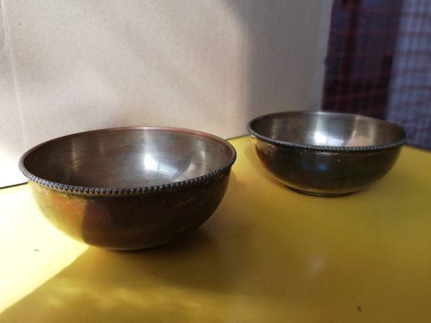 2 taças antigas em metal
