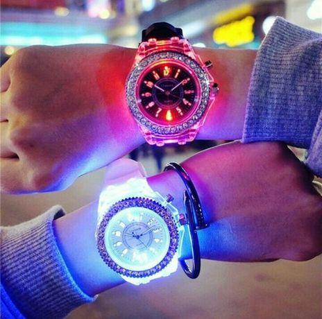 Шикарные часы наручные,силикон,свет в наличии!