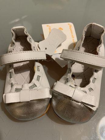 Sapatos de criança com etiqueta
