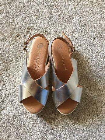 Sandálias prateadas todas em pele e palmilha almofadada tamanho 36