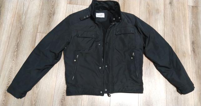 Зимняя куртка с воротник стойкой.