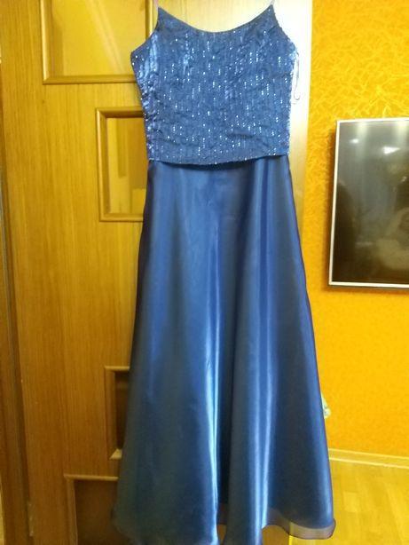 Очень красивое платье на выпускной.Почти новое!