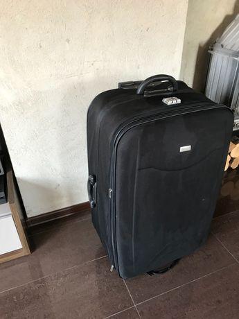 Duża walizka na kółkach z rączką