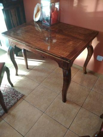 Stary stół z krzesłami