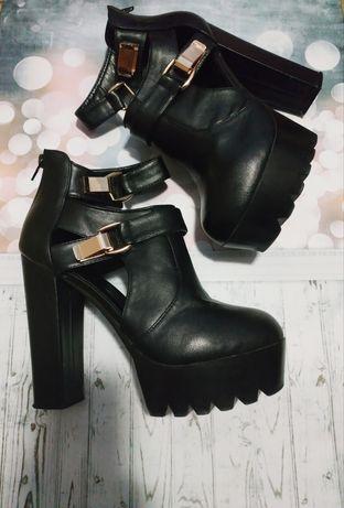 Весенние стильные ботинки на высоком каблуке с ремешком и пряжками